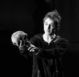 Benoit McGinnis  Dans Hamlet