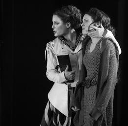 Rachel Graton  Avec Julie Le Breton dans la pièce Marie Tudor - Photo: Robert Etcheverry